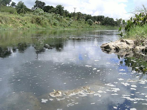 Poluição de rios com dejetos industriais